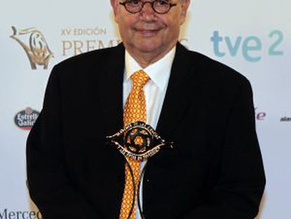 Manuel Romero Canela posa con el galardón Especial a la Tecnología.