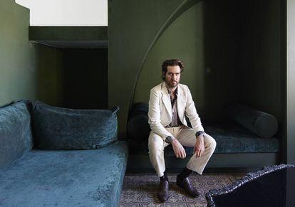 Guillermo Santomá posa en su casa de Barcelona para ICON Design. |