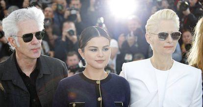 Jim Jarmusch, Selena Gómez y Tilda Swinton posan para los fotógrafos en Cannes.