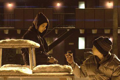 Chloë Grace Moretz (izquierda) y Kodi Smit-McPhee, en un fotograma de <i>Déjame entrar.</i>