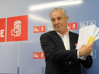 Pachi Vázquez muestra los documentos que no se entregaron al fiscal