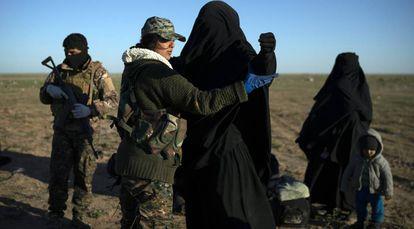 Una miliciana kurda registra a una mujer evacuada de la zona controlada por el ISIS, en Baguz, el pasado 1 de marzo.