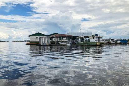 Una aldea a orillas del río Amazonas en el trecho entre la aldea de Punã y la ciudad de Tefé.