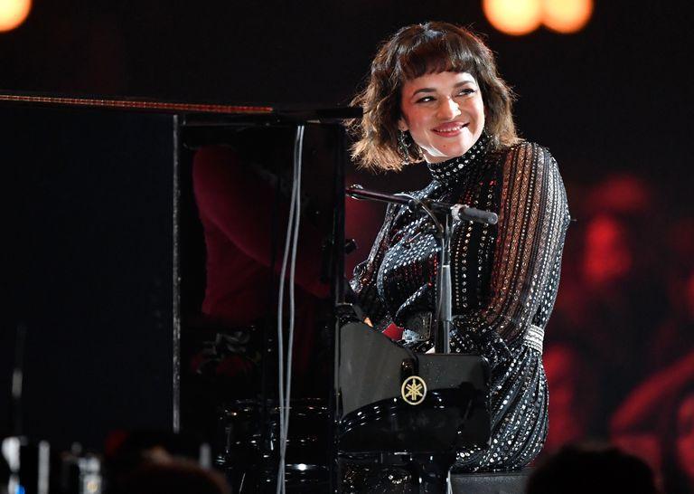 Norah Jones actuando en un concierto homenaje a Dolly Parton en Los Ángeles, en febrero de 2019.