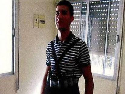Younes Abouyaaqoub posa con un chaleco supuestamente cargado con explosivos.