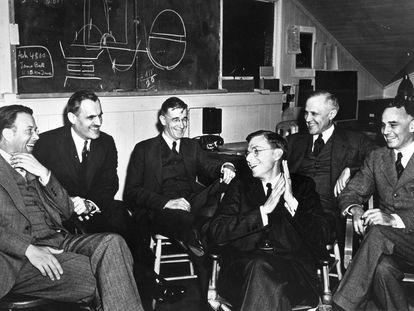 Un grupo de científicos estadounidenses en Berkeley, California, entre los que se encuentra el ingeniero Vannevar Bush (tercero desde la izquierda), el 29 de marzo de 1940.
