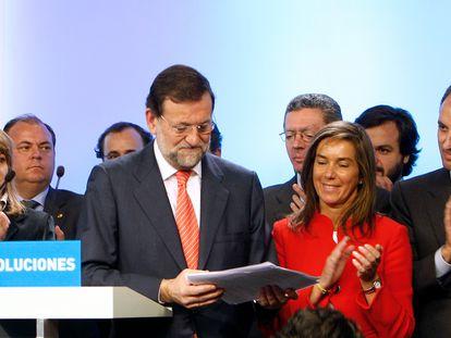 El entonces líder del Partido Popular, Mariano Rajoy, rodeado por miembros del Comité Ejecutivo Nacional, durante la rueda de prensa que ofreció para analizar la situación derivada de la investigación del juez Baltasar Garzón en una supuesta trama de corrupción en empresas vinculadas al PP en las comunidades de Madrid y Valencia en 2009.