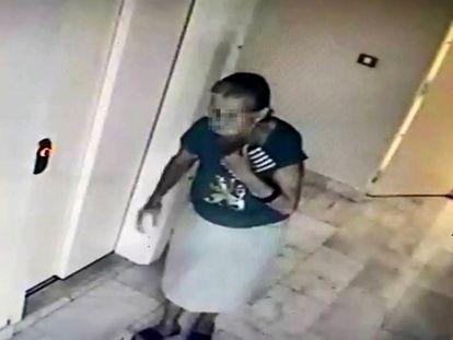 Captura de vídeo de la anciana en uno de los apartamentos robados.