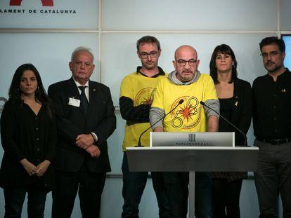 Emili Carballo, miembro del grupo de apoyo a los detenidos del 23 de septiembre comparece junto a familiares, CDR y diputados de CUP, JxCat y ERC.