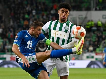 Joaquín controla el balón ante Ryan Mmaee, del Ferencvaros.