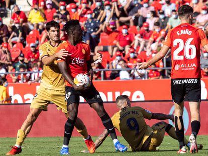 El centrocampista ghanés del Mallorca Iddrisu Baba (2i) durante el partido correspondiente a la octava jornada de Liga que el Mallorca y el Levante