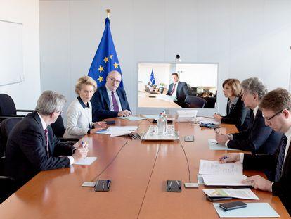 La presidenta de la Comisión, Ursula von der Leyen, reunida con los comisarios que gestionan la crisis del coronavirus.