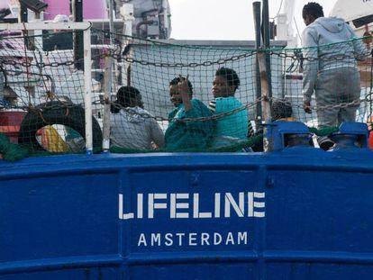 Migrantes a bordo del 'Lifeline' el jueves.
