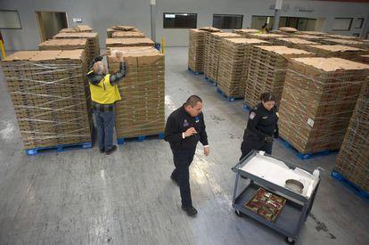 Agentes aduaneros y tributarios de EE UU examinan un cargamento de fresas en Tijuana