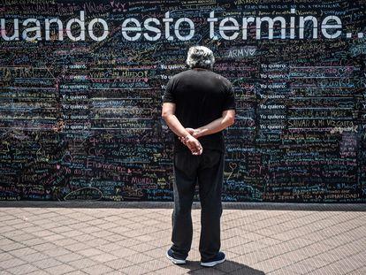 Un hombre mira un muro decorado con los deseos de otras personas para cuando termine la pandemia de la covid-19, esta semana en Lima.