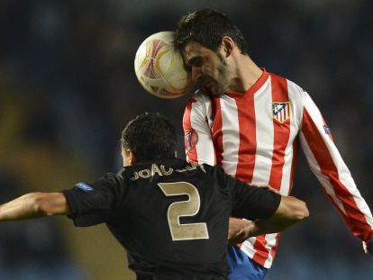 Adrián Lopez despeja un balón ante Joao Dias.