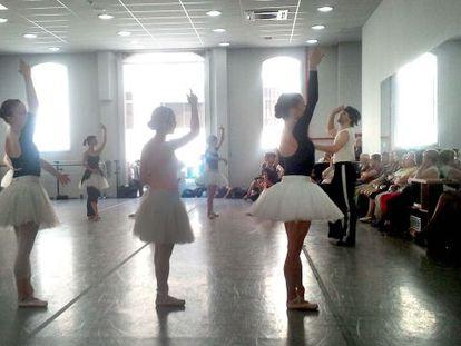 Ángel Corella, dirigiendo un ensayo con sus bailarinas.