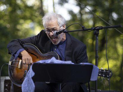El guitarrista estadounidense Marc Ribot durante su actuación en el museo Chillida Leku de Hernani (Gipuzkoa), en el marco de la 56ª edición del Festival de Jazz de San Sebastián.