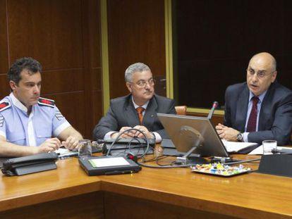 Ares (derecha), ayer, durante su comparecencia en el Parlamento.
