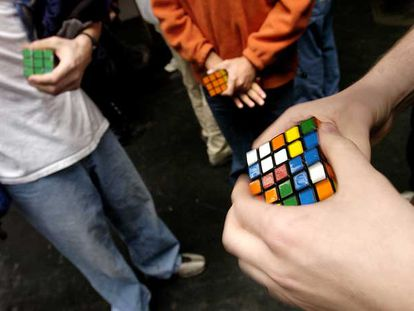 Jóvenes participantes en una competición del cubo de Rubik ensayan poco antes de enfrentarse.