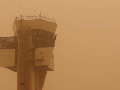 Torre de control del aeropuerto de Las Palmas. En vídeo, 150 efectivos han trabajado durante toda la noche para controlar el incendio en Tasarte.
