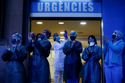 Varios sanitarios salen a la calle a aplaudir.