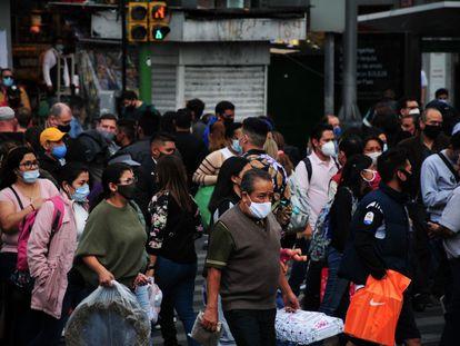 Las calles del centro de Ciudad de México llenas de gente por las compras navideñas.