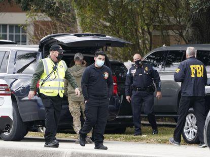 Agentes de policía en Sunrise, Florida, donde este martes murieron dos agentes del FBI durante una operación contra la pornografía infantil.