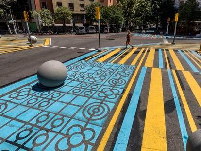 Señalización del cruce entre las calles de Rocafort y Consell de Cent de Barcelona, donde se ha restado espacio al coche.