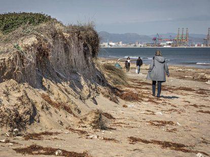 Una de las playas cercanas al Parque Natural de la Albufera afectada por el temporal Gloria.