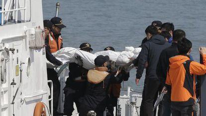 Traslado de una víctima del naufragio al puerto de Jindo.