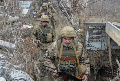 Soldados del Ejército ucranio en la línea del frente, cerca de Donetsk, este domingo.