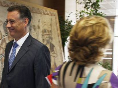 Alberto López Viejo, a la izquierda, se cruza con Esperanza Aguirre en la Asamblea de Madrid, en julio de 2009.