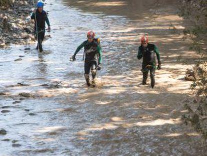 La Guardia Civil busca al desaparecido en el río Cubillas.