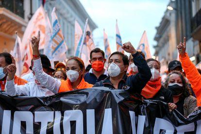 El candidato a la presidencia de Ecuador Andrés Arauz encabeza una marcha en Quito, la semana pasada.
