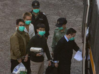 Joshua Wong, en el centro, ha sido trasladado este miércoles a la cárcel tras conocer su sentencia, en Hong Kong.