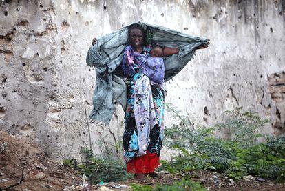Una somalí protege a su hijo de la lluvia, el pasado 2 de agosto en Mogadiscio.