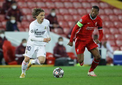 Modric controla ante la presión de Wijnaldum durante el partido de cuartos de la Champions entre el Liverpool y el Real Madrid.