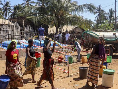 Los equipos de MSF transportan agua en camión hasta Pemba, en el barrio de Natiti, donde viven 10.000 personas y miles de desplazados internos han buscado refugio.