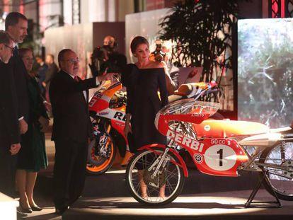 Alfredo Relaño muestra la moto de Ángel Nieto a los Reyes.