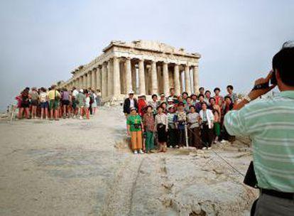 Turistas coreanos en el Partenón de Atenas (Grecia).