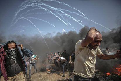 Varios palestinos corren para refugiarse de un ataque de las fuerzas israelíes.