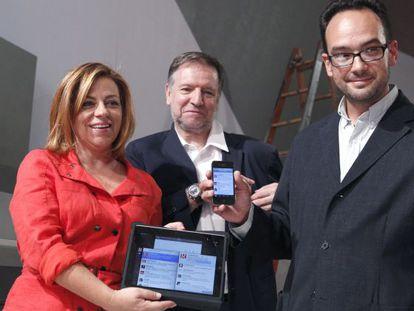 Elena Valenciano,junto a Marcelino Iglesias y Antonio Hernando, durante la supervisión el viernes por la tarde de los preparativos del Comité Federal.