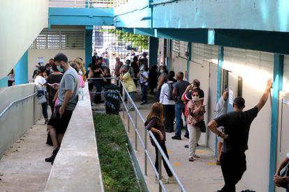 Colas para votar en la Academia San José, en Guaynabo (Puerto Rico).