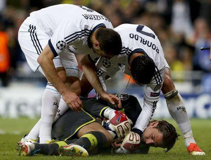 Weidenfeller intenta impedir que Cristiano y Benzema se hagan con el balón.
