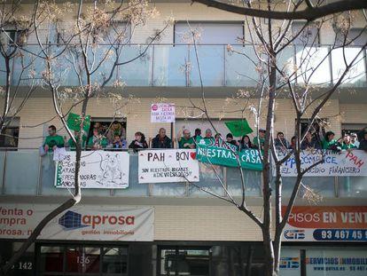 Pis de la Sareb en Barcelona ocupado por la PAH el año pasado.