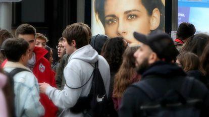 Unos jóvenes charlan en el centro de Madrid.