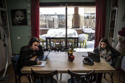 Dos niñas, conectadas a clase virtual debido al temporal 'Filomena', en Madrid.