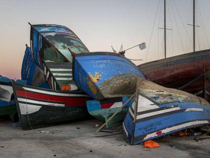 Varias pateras usadas por inmigrantes amontonadas en el puerro de Barbate (Cádiz).