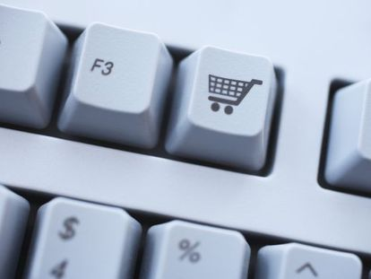 Teclado de un ordenador con una tecla para la opción de comprar